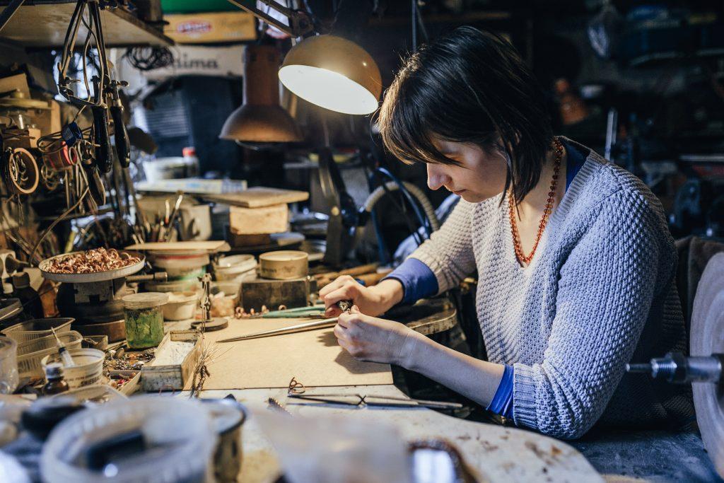 amber jewelry workshop